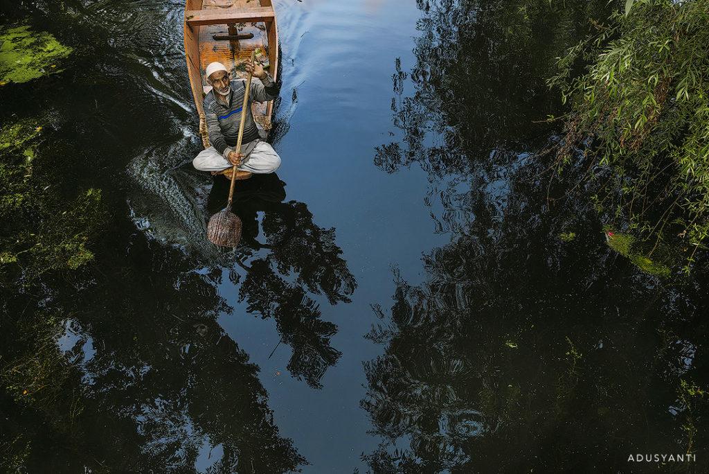 kashmiri boatman at dal lake